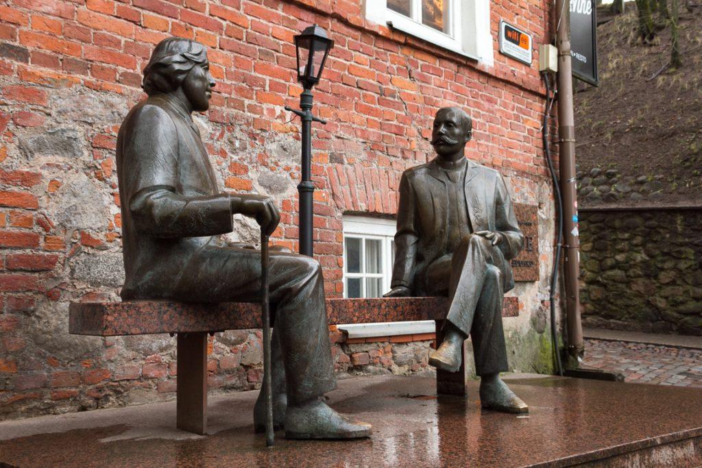 Скульптура Оскар Уайльд и Эдуард Вильде в Тарту