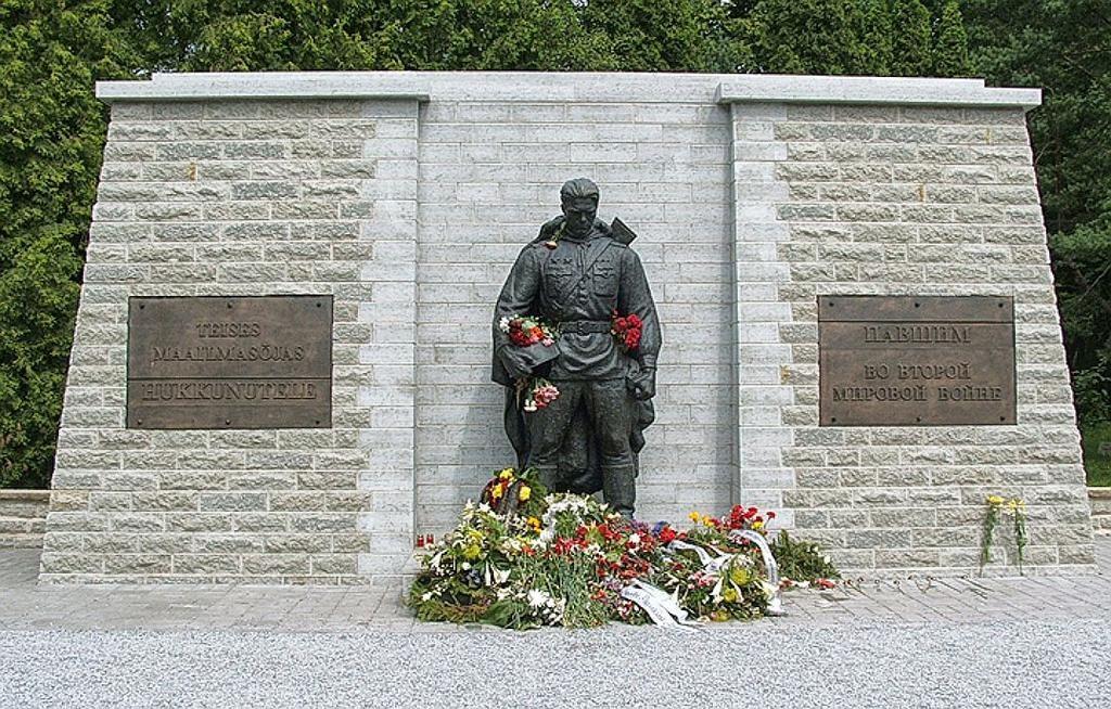 Бронзовый солдат на Военном кладбище Таллина