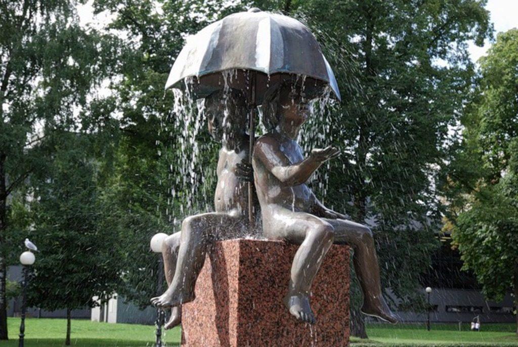 Скульптура Дети под зонтом в Таллине