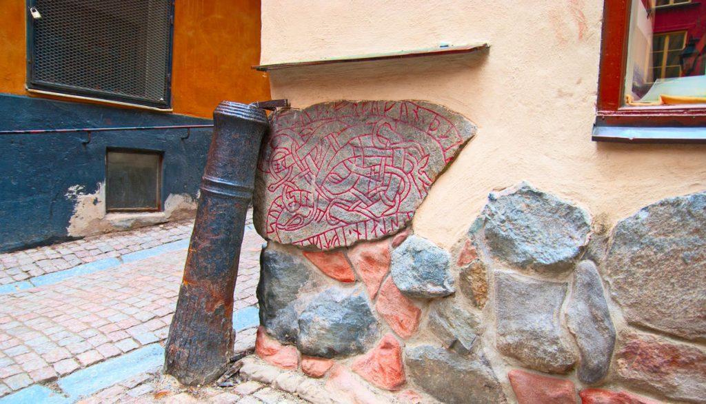 На углу Kakbrinken Alley и Prastgatan есть рунический камень