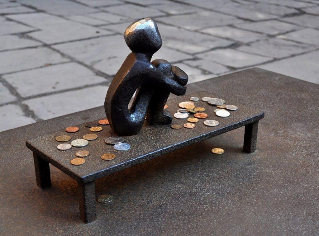 Cамая маленькая скульптура Стокгольма – статуэтка «Железный мальчик».