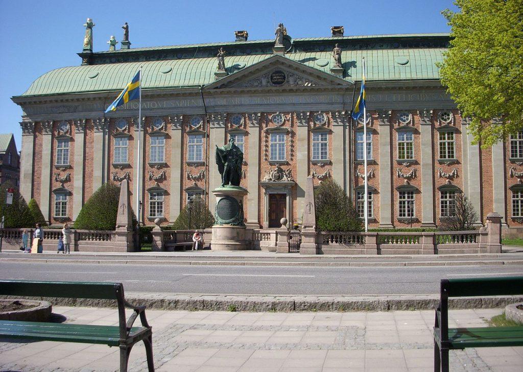 Здание Верховного суда Швеции и памятник Акселю Оксеншерну