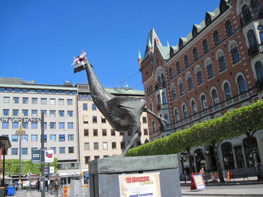 Памятник курице, перебегающей дорогу