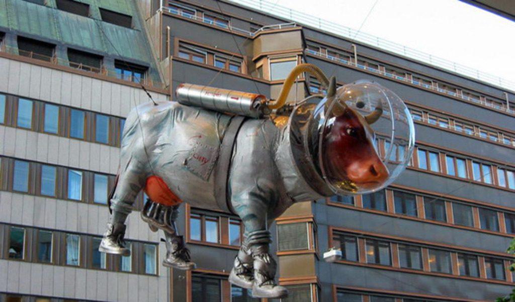 Корова в скафандре в Стокгольме