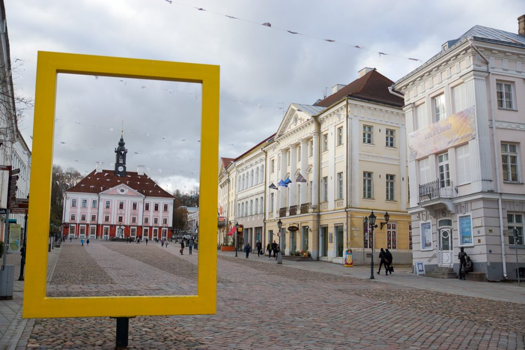 Желтая рамка National Geographic в Тарту