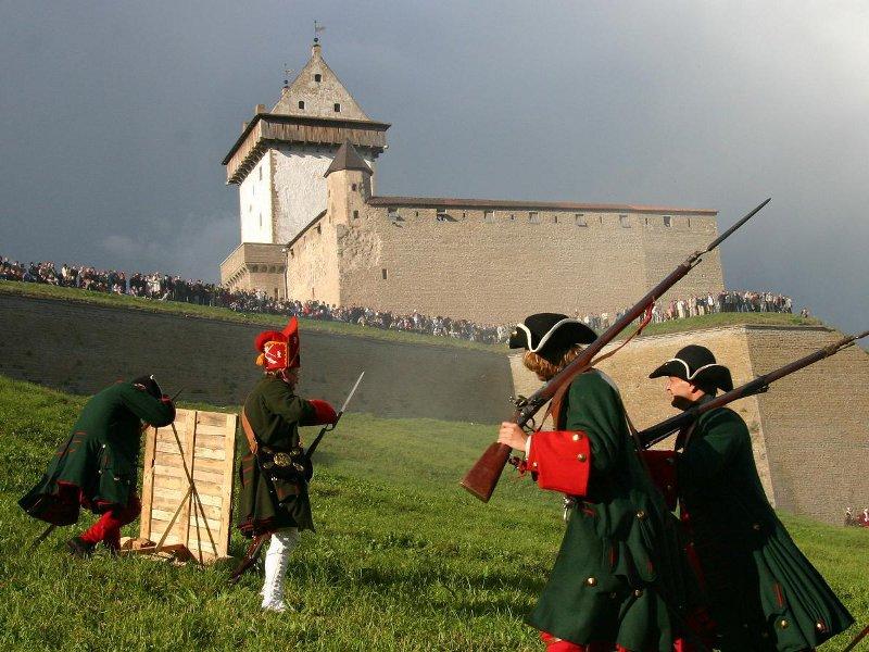 Военные на фоне бастионов Нарвы